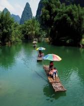 سياح يركبون الطوافات على طول نهر يولونغ في مقاطعة يانغشو ، منطقة قوانغشي ذاتية الحكم، الصين. رويترز