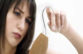 تساقط الشعر.. متى يستلزم استشارة الطبيب؟