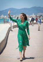 ملكة إسبانيا ليتيسيا تحيي الناس خلال نزهة على شاطئ « بالما دي مايوركا» بعد رفع الإغلاق الوطني لوقف انتشار فيروس كورونا .ا ف ب