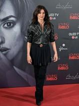 الممثلة الإسبانية بينيلوبي كروز تطرح خلال حضورها عرض فيلم 'Loving Pablo'  في مدريد.    (ا ف ب)