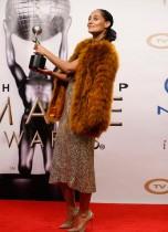الممثلة تريس إليس روس تحمل جائزة التميز في المسلسل الكوميدي 'Black-ish' في كاليفورنيا.  (رويترز)