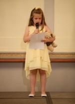 مايا تيرنر البالغة من العمر 6 سنوات تلقي كلمة بحضور الأمير هاري في حفل إطلاق فريق بريطانيا العظمى للألعاب إنفيكتوس في تورونتو في قاعة بليسترز في لندن. (رويترز)