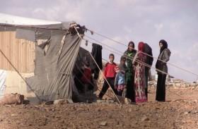 عائلات سورية نازحة تلجأ إلى مغارة
