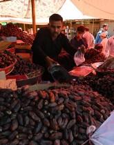 مواطنون باكستانيون يشترون التمور في بازار أسبوعي في إسلام آباد استعدادا لشهر رمضان المبارك. ا ف ب