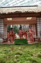 ممثلون من الرابطة اليابانية بنادي مينو في سنغافورة يقدمون رقصة تقليدية في الحدائق خلال إطلاق مهرجان ساكورا ماتسوري ذو الطابع الياباني لاستكمال عرض أزهار الكرز السنوي في سنغافورة.  (ا ف ب)
