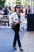 الممثلة الإسبانية بينيلوبي كروز تصل إلى فندق ماريا كريستينا لحضور مهرجان سان سيباستيان السينمائي الدولي في إسبانيا.  رويترز