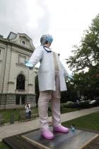 تمثال يبلغ ارتفاعه ستة أمتار من صنع النحات Aigars Bikse ، مخصص للأطباء تكريما لعملهم أثناء تفشي فيروس كورونا في ريغا ، لاتفيا.    رويترز