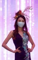 عارضة تقدم ابتكارًا خلال عرض أزياء، مرتدية قناعًا كإجراء لتجنب انتشار فيروس كورونا في سيول، كوريا الجنوبية.رويترز