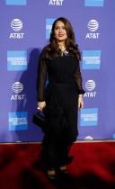 الممثلة سلمى حايك خلال حضورها حفل توزيع جوائز مهرجان بالم سبرينغز السينمائي الدولي لعام 2020 في، كاليفورنيا. رويترز
