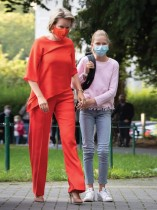 ملكة بلجيكا ماتيلد تصطحب الأميرة إليونور في اليوم الأول من المدرسة في هيليج-هارتكولج ، حيث تبدأ إليونور المدرسة الثانوية هذا العام. ا ف ب