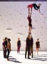 فرقة رقص تؤدي عرضا على خشبة المسرح خلال بروفة الباليه Corps Extreme لمصمم الرقصات الفرنسي رشيد أورامدين في مسرح دي لاغورا، جنوب فرنسا، خلال مهرجان مونبلييه الـ 41 للرقص. ا ف ب