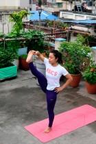 مدربة اليوغا سوزانا برادان تؤدي تمرين يوغا على سطح منزلها خلال يوم اليوغا الدولي ، بكاتماندو في نيبال. ا ف ب