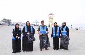 فريق المواطنة الإيجابية في الدفاع المدني بعجمان يشارك في مبادرة نظفوا الشواطئ