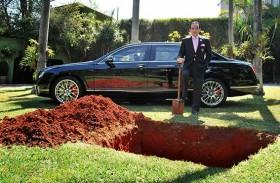 مليونير يلوح بدفن سيارته للدعوة الى التبرع بالاعضاء