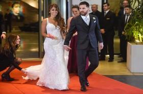 نجم الكرة الأرجنتيني ليونيل ميسي وعروسه أنطونيلا روكوزو بعد حفل زفافهما في مجمع سيتي سنتر في روزاريو بمقاطعة سانتا في الأرجنتين (أ ف ب)
