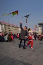 الأطفال يطيرون الطائرات الورقية خلال احتفالات السنة القمرية الجديدة بساحة كيم ايل سونغ في بيونجيانج. (ا ف ب)