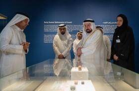 حاكم الشارقة يزور معرض روائع آثار الكويت