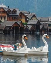 امرأة تنظف قوارب النهر في بحيرة هالشتات، وهي مدينة مدرجة ضمن قائمة التراث العالمي في النمسا تستعد لاستقبال السياح.   ا ف ب