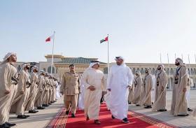 محمد بن زايد في وداع ملك البحرين لدى مغادرته البلاد