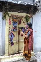 خياطة هندية تعلق أقنعة بألوان مختلفة للبيع تستخدم كإجراء وقائي ضد فيروس كورونا على باب منزلها في حيدر آباد. ا ف ب