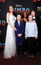 أنجلينا جولي تتحدث مع أطفالها نوكس ليون وزهرة مارلي وفيفيان مارشلين وشيلوه نوفيل خلال حضورهم العرض الأول لفيلم « دومبو »  في لوس أنجلوس.   رويترز