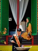 سفيرا السياحة في أتشيهان إحسان كيلدا و ليا أرجوني أثناء إعداد طبق بالكاري التقليدي أثناء مهرجان الطهي في باندا أتشيه في أندونيسيا. «ا ف ب»