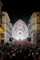 الآلاف يستخدمون الهواتف المحمولة لالتقاط الصور مع تشغيل أضواء عيد الميلاد في بداية موسم الأعياد في شارع ماركيس دي لاريوس في وسط مدينة مالقة، جنوب إسبانيا.    (رويترز)
