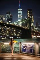 امرأة تنتظر احتفالات الأيام الخمسة للألعاب النارية ، والتي تبدأ في الرابع من يوليو في جميع الأحياء في بروكلين ، نيويورك.    (رويترز)