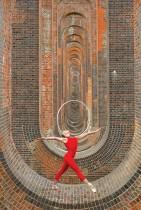 راقصة الجمباز الإيقاعي والراقصة هانا مارتن خلال جلسة تدريبية عند جسر وادي أوز في ساسكس ، بريطانيا بعد تفشي فيروس كورونا.    رويترز