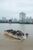 معبد جوانينج ، وهو معبد عمره 700 عام مبني على صخرة ، في نهر يانجتز في مقاطعة هوبي بوسط الصين وسط هطول أمطار غزيرة.   «ا ف ب»