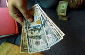 الدولار يتراجع بفعل بيانات أمريكية ضعيفة