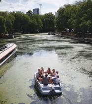 مجموعة من السياح  يستمتعون في قارب على قناة ريجنت في ليتل فينيس، لندن، حيث يتم تخفيف القيود بعد تفشي فيروس كورونا.    رويترز