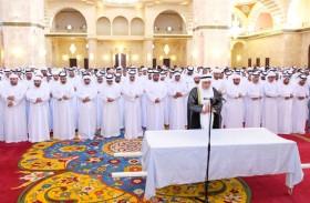 حاكم الفجيرة يؤدي صلاة الجنازة على جثمان الشيخة شيخة بنت سلطان السلامي