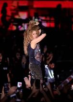 المغنية الكولومبية شاكيرا تقدم عروضها في افتتاح مهرجان الأرز الدولي في لبنان. (رويترز)