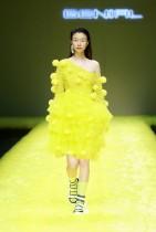 عارضة أزياء تعرض مجموعة من مجموعة GENIAL من تصميم زهانج جينهاو خلال أسبوع الموضة الصيني في بكين.ا ف ب