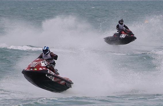 سباق للدراجات المائية في جميرا السبت
