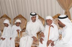 عمر بن زايد يعزي أسرة الشهيد علي عبدالله الضنحاني