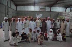 الهلال الأحمر الإماراتي يواصل توزيع المساعدات الغذائية على الأسر الفقيرة بصحراء حضرموت