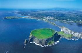 أغرب جزيرة بركانية لقضاء العطلات