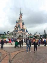 الزوار والموظفون يرتدون أقنعة واقية للوجه، حيث بدأت ديزني لاند باريس في إعادة فتح مرحلي بعد إغلاق أشهر بهدف وقف انتشار فيروس كورونا.ا ف ب