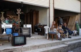 نازحون سوريون يبيعون مقتنياتهم لتأمين قوتهم