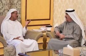 حاكم أم القيوين يطلع على خطط ومشاريع وزارة تطوير البنية التحتية وبرنامج الشيخ زايد للإسكان