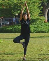 فتاة تمارس رياضة اليوجا قبل اليوم العالمي لليوجا بحديقة عامة في مومباي. ا ف ب