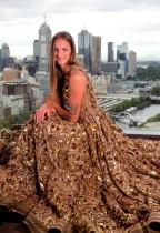 لاعبة كرة المضرب التشيكية كارولينا بليسكوفا ترتدي ثوبا من إبداع المصمم الأسترالي ألين لي كال في ملبورن. (رويترز)