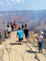 سياح يستمتعون بالمنظر الخلاب لغراند كانيون في ريم الجنوبية بالولايات المتحدة.  ا ف ب