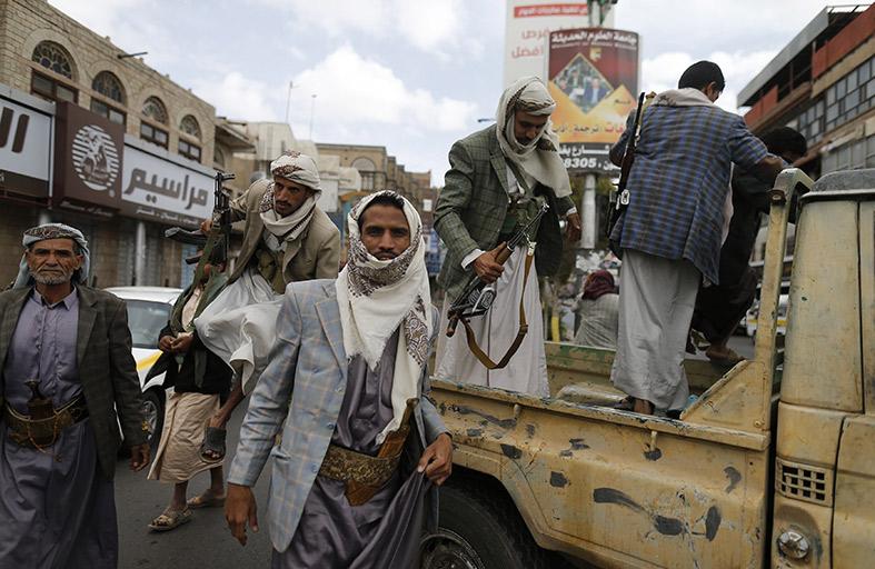 إعادة فتح شارع المطار بصنعاء بعد إزالة مخيمات الحوثيين