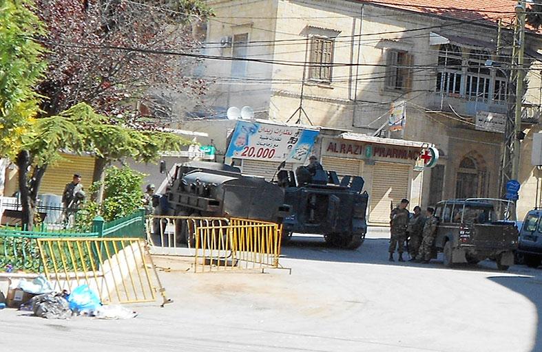 الجيش اللبناني يتسلم حواجز لحزب الله في بعلبك
