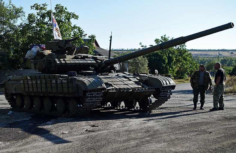 القوات الأوكرانية تنسحب من مطار لوجانسك