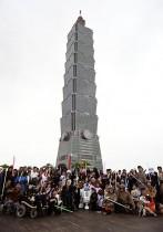 مشجعو حرب النجوم يلتقطون صورة جماعية أمام مبنى تايبيه 101. ا ف ب