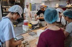 مخبز يساعد الصمّ على كسب رزقهم